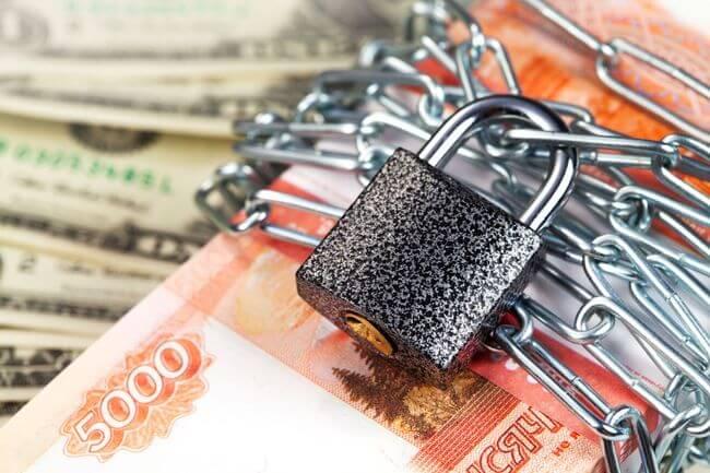 Деньги замотаны цепью и защелкнуты на навесной замок