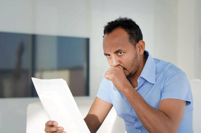 Мужчина держит листок бумаги