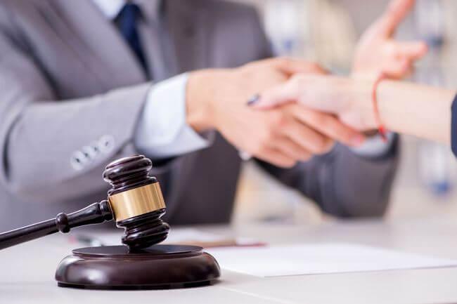Молоток судьи и рукопожатие