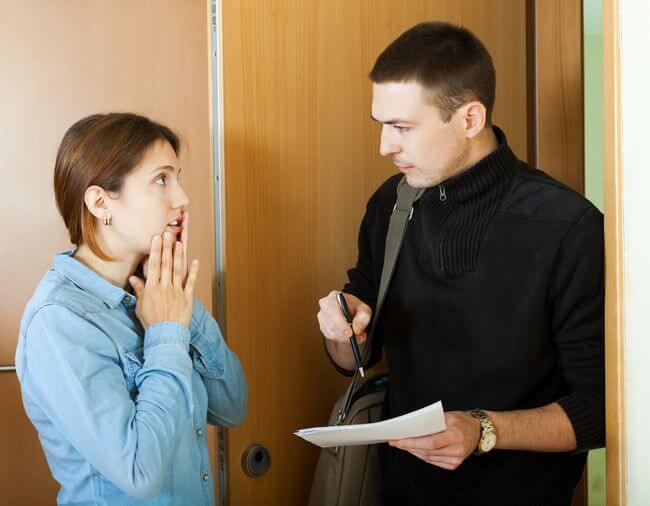 Мужчина объясняет женщине
