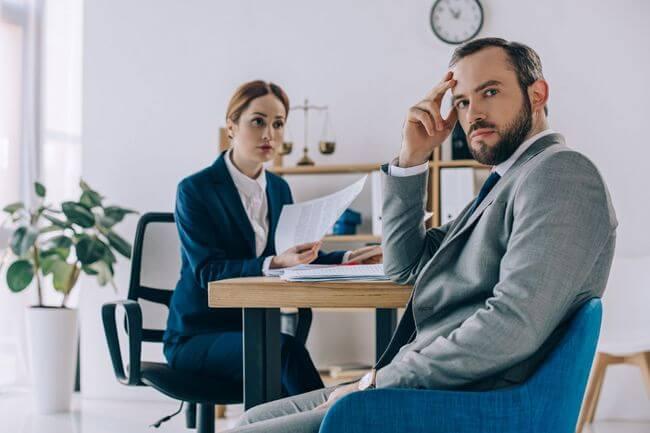 мужчина и женщина изучают документы за столом