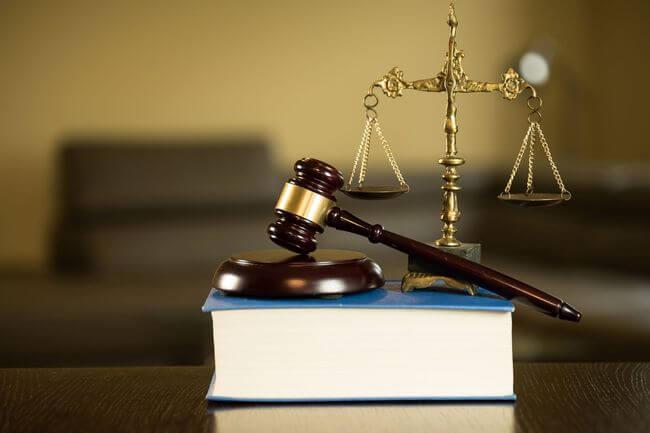 Молоток судьи на книге