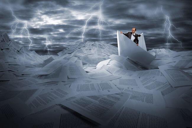 Мужчина в бумажном кораблике