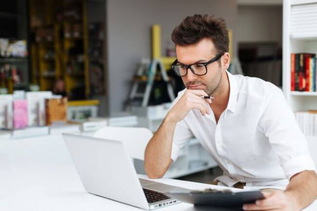 Мужчина за работой перед ноутбуком