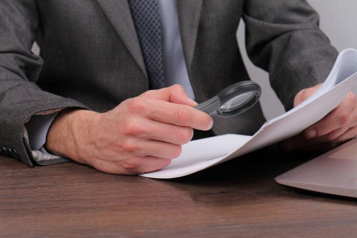 Юрист изучает договор