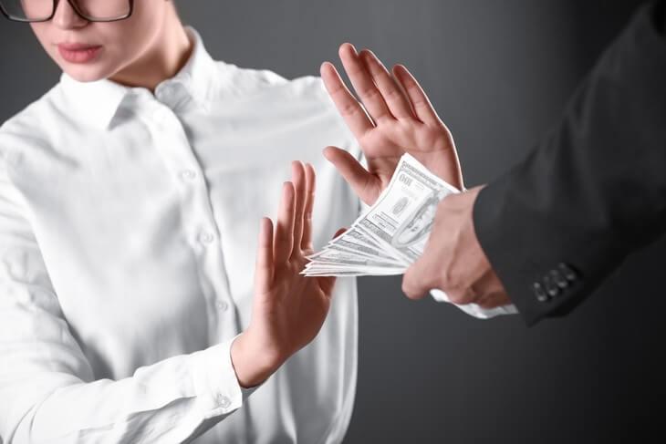Женщина отказывается от денег