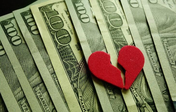 Разбитое сердце на долларах